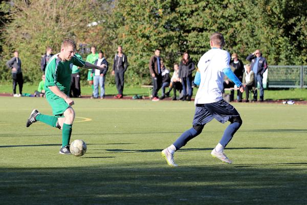 Sven treibt den Ball - mit gutem Blick für die Mitspieler