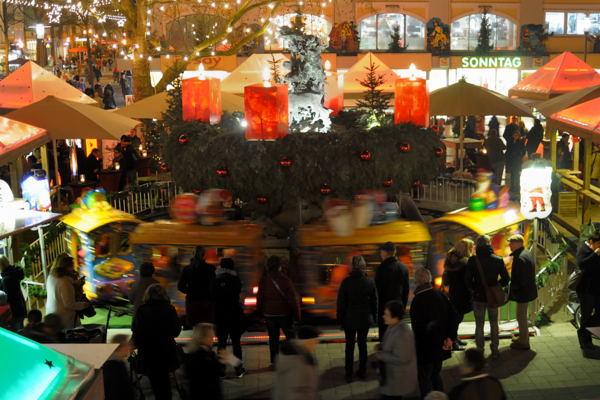 Weihnachtsmark auf dem Marktplatz in Detmold, einen Tag vor dem Heiligen Abend