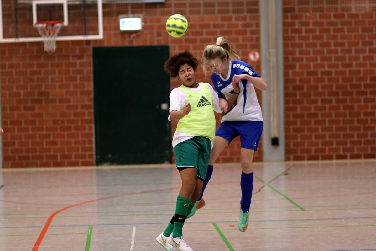 Sehenswertes Kopfballduell! Klasse Mädchen-Fußball begeistert die Fans in der Halle