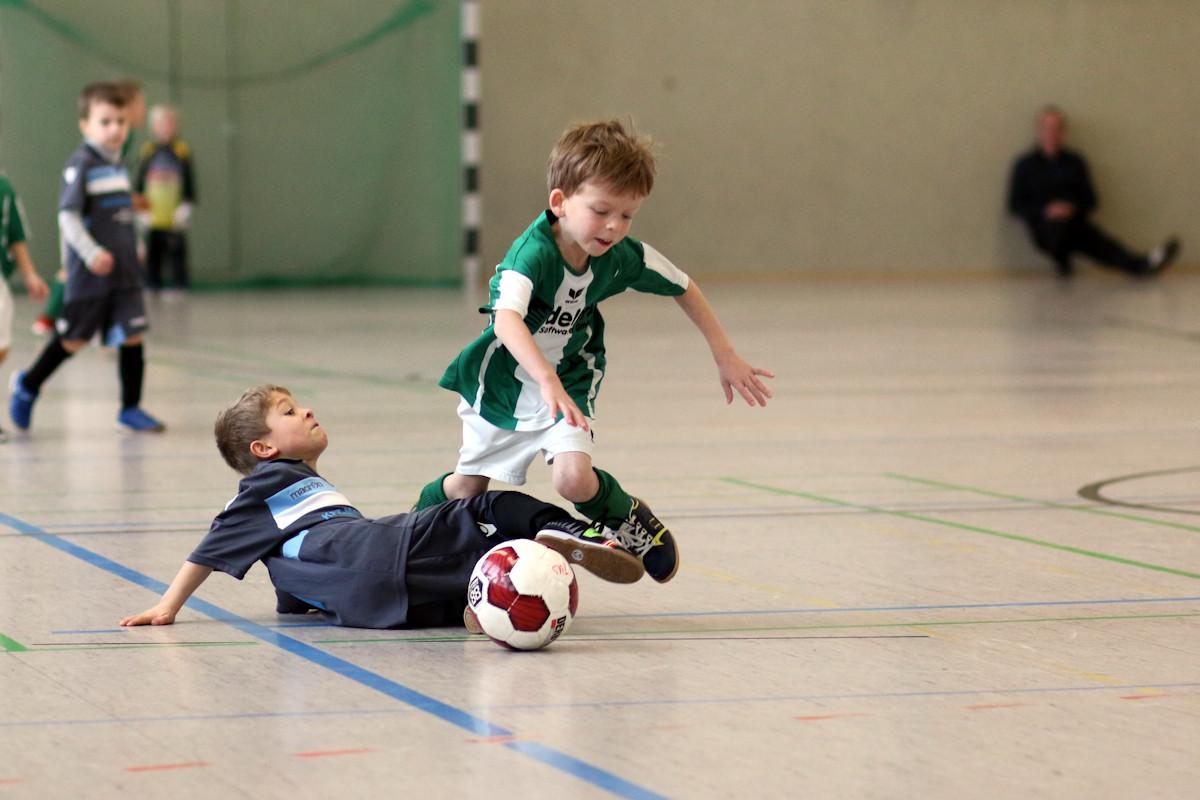 TuS-Angreifer wird von den Beinen geholt - sofortiges Hand Shake des Müsseners! Fair-Play bei den Minis