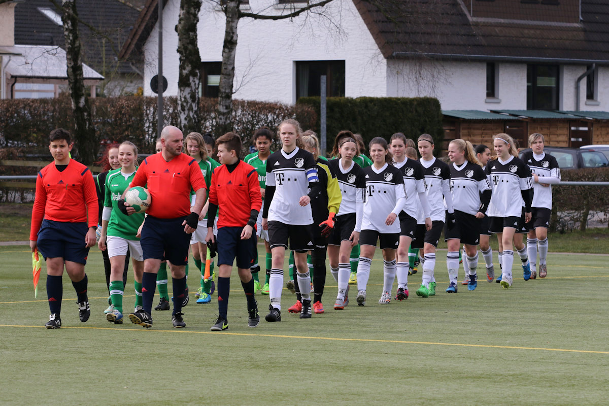 Westfalenpokal - Eichholz und Scheidingen werden vom Schiedsrichtergespann aufs Feld geführt