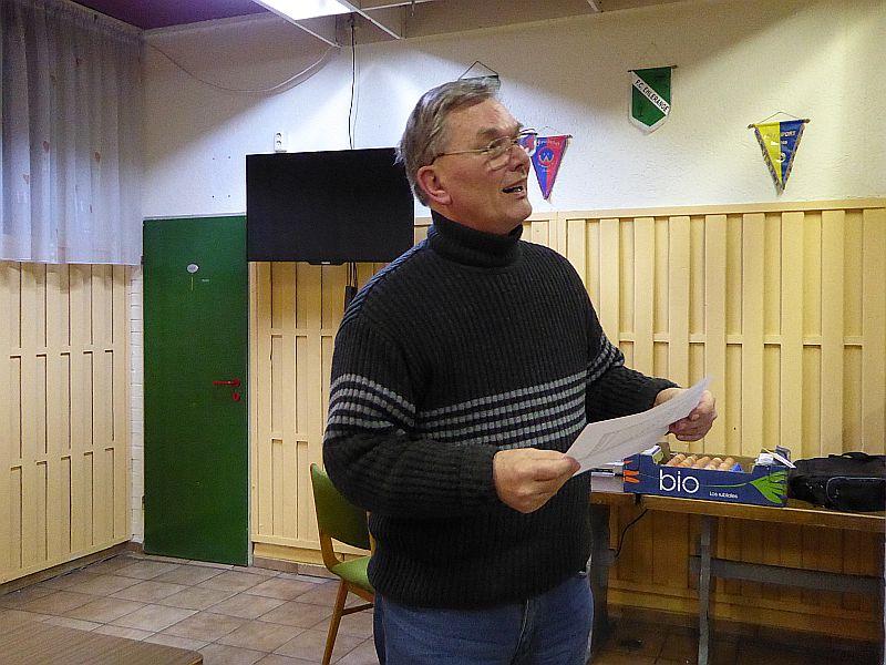 Osterblitz 2016: Turnierleiter und Turniersieger Rudolf Henke verkündet die Platzierungen.