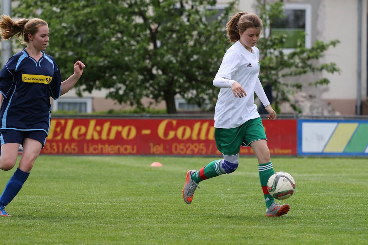 Louisa - Ball sicher am Fuß markiert ihren ersten Treffer für den TuS