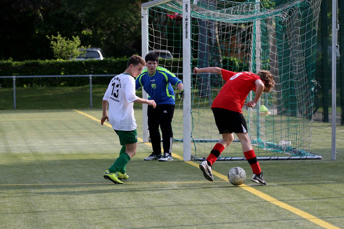 Abwehr im Glück! SV-Stürmer verstolpert den Ball