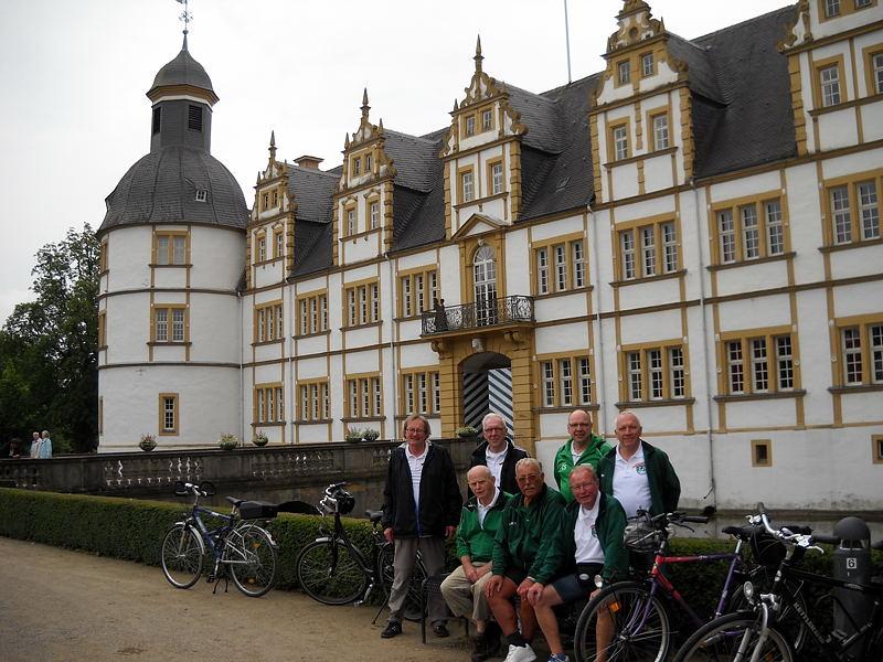 Vor dem Schloß Neuhaus