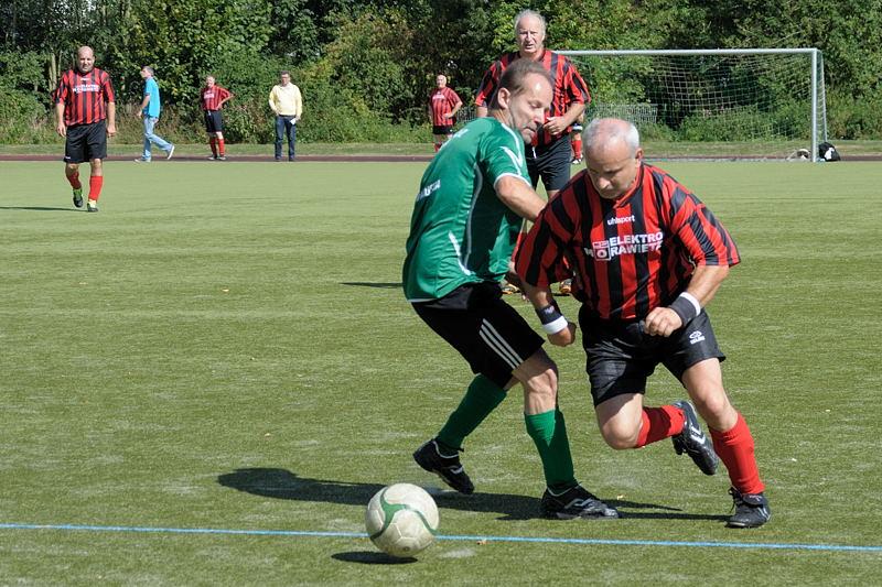 Thomas muß Benni vom Post TSV ziehen lassen - trotzdem siegte der TuS im ersten Spiel