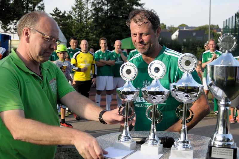 Jede teilnehmende Mannschaft erhielt einen Pokal und einen Gutschein - hier der drittplazierte - TSV Oerlinghausen