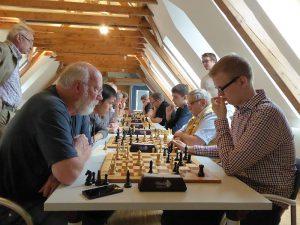 vorne: Reinhard Gross gegen Lukas Gratz, dahinter Bernhard Melchior gegen Cang Lu
