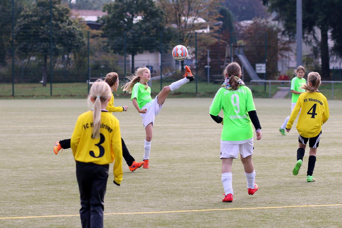 Jule pflückt das Leder aus der Luft - bringt den Ball danach sogar unter Kontrolle!