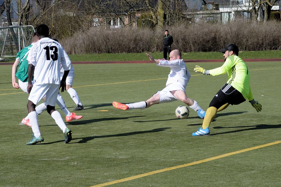 Mirko Röhl (verdeckt) erzielt das 1:0