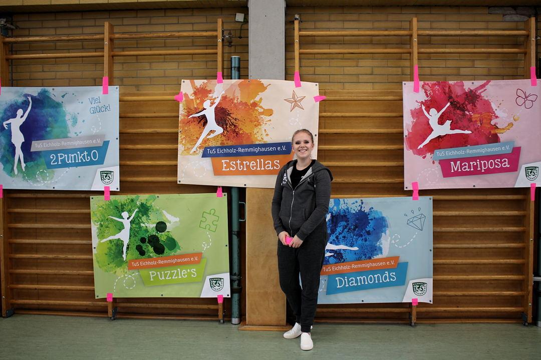Sophie präsentiert dne Zuschauern und Tänzern die neuen TuS-Banner