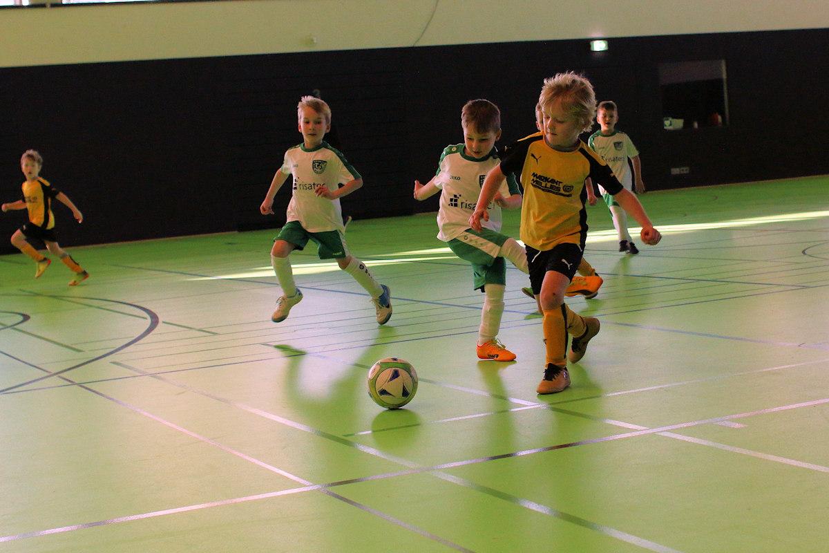 Über den Ball getreten, Gegner nutzt die Chance und läuft mit dem Ball Richtung Tor