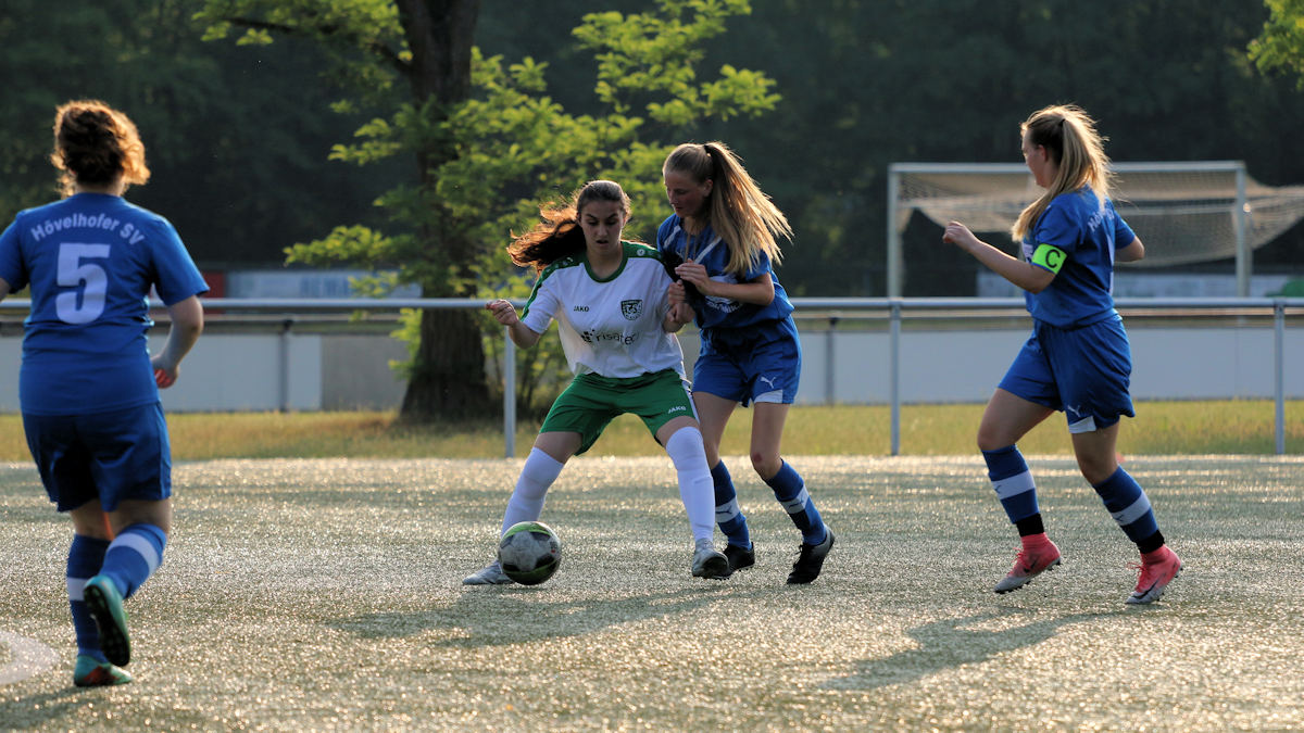 Trotz heftiger Gegenwehr der Blauen - Melike behauptet den Ball sicher