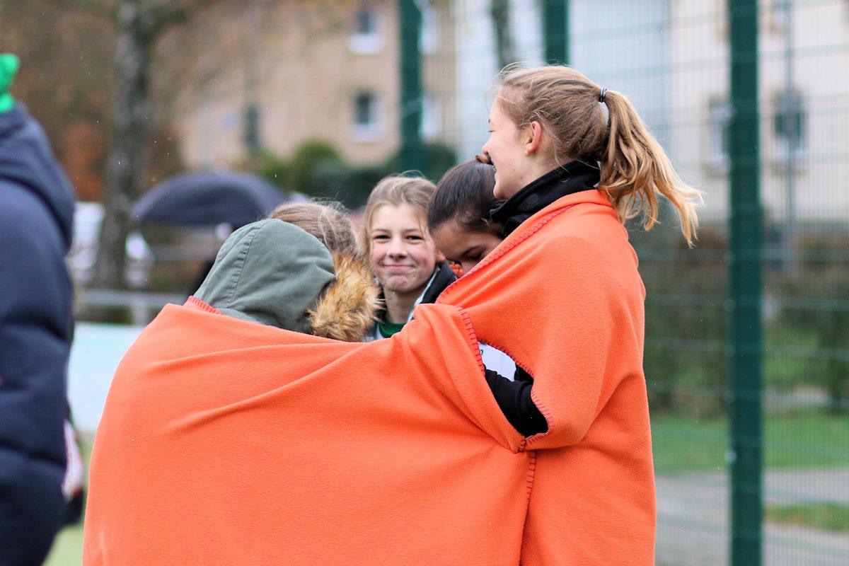 Spielerinnen halten sich warm - im Fanblock gibts Glühwein und heißen Apfelsaft