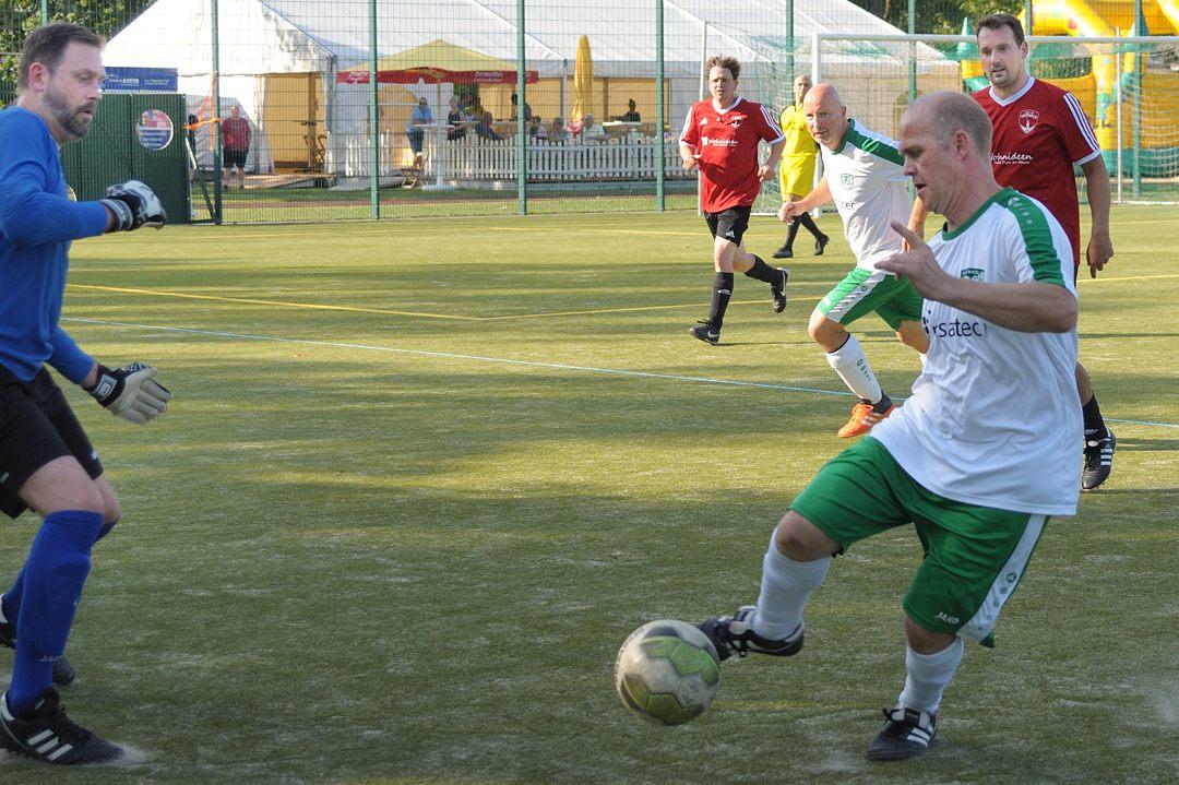 John tanzt mit dem Ball!